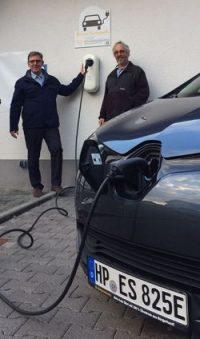 Neue Stromtankstelle in Zotzenbach Bürgermeister Holger Schmitt nimmt vierte Ladesäule der ES in Betrieb